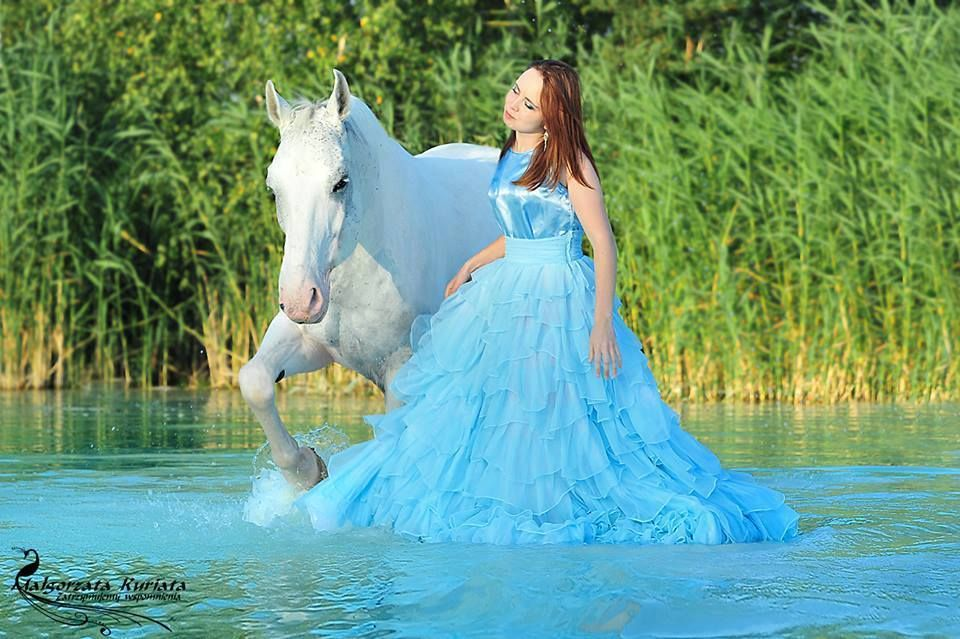 The blue reflection of the dress on the water is gorgeous!   Atcilik