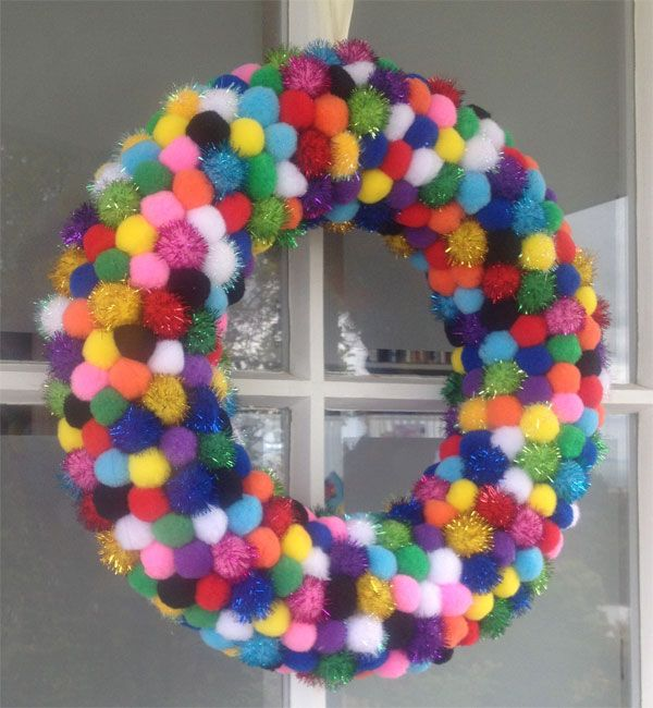 Ghirlanda natalizia fai da te con pon pon colorati - Ghirlanda natalizia per porta fai da te ...