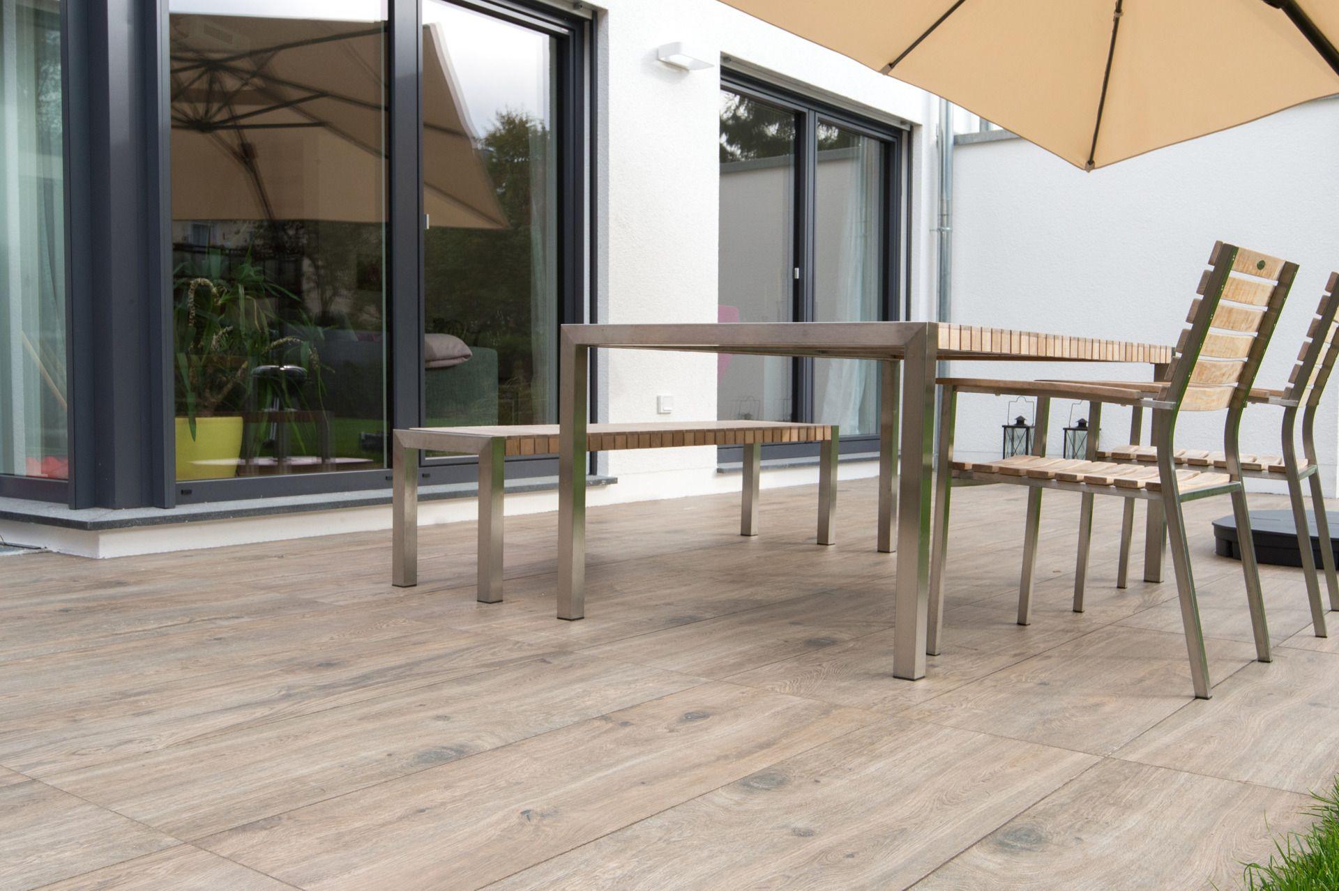Gartenterrasse mit Sonnensegel und Terrassenplatten in heller ...