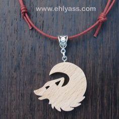 Pendentif loup hurlant à la lune en bois massif en chantournage