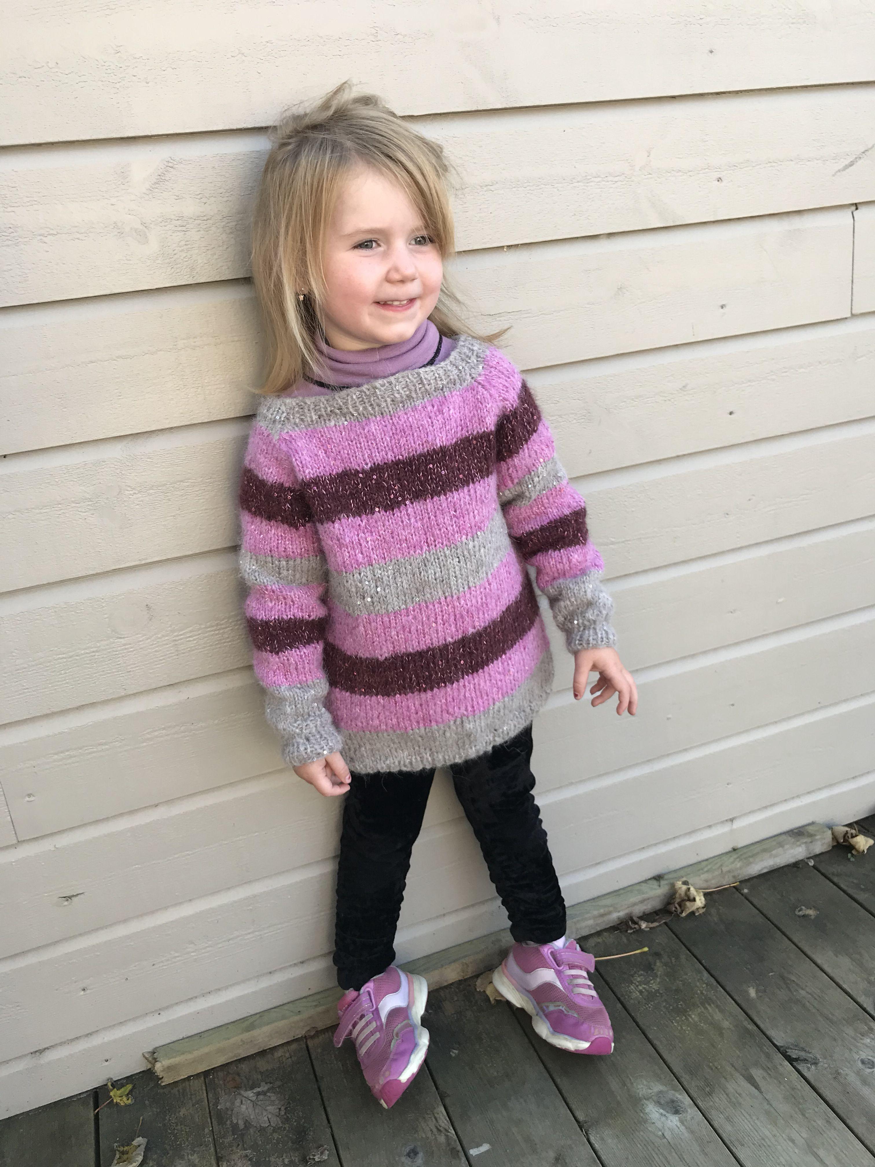 2f5a686b Stripete bling-genser, det må alle prinsesser ha👸 #strikking #strikk #