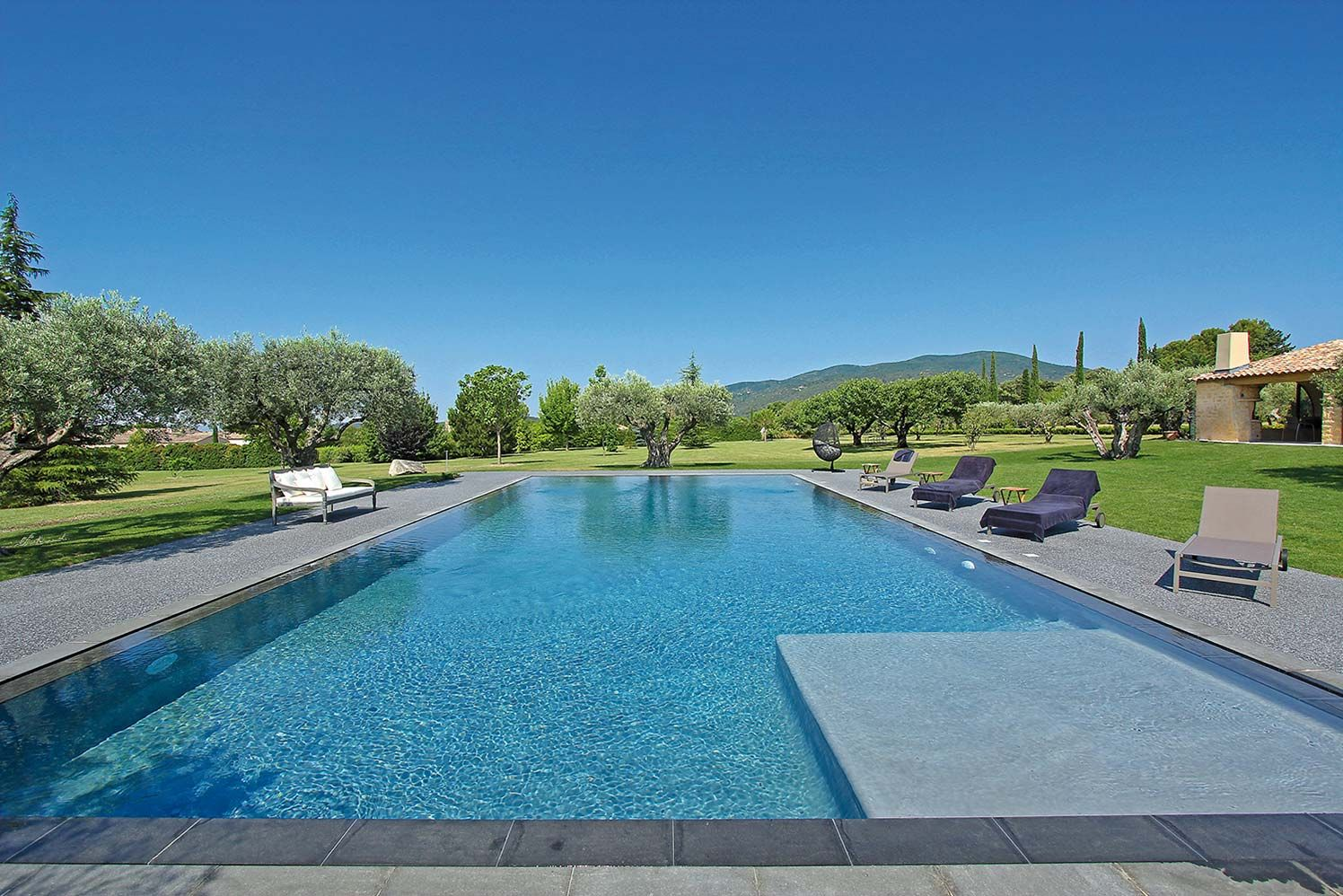 La piscine petite note contemporaine provence and for Piscine miroir bali