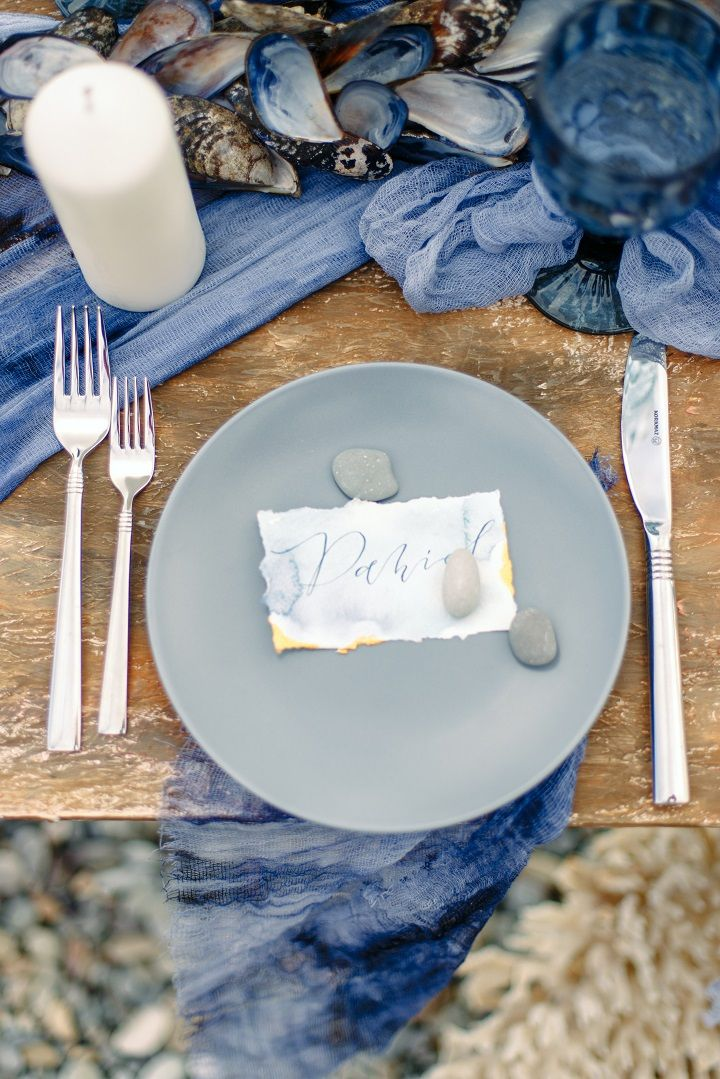 Misty grey and ocean blue wedding place setting | fabmood.com #weddingtable #weddingtablescape #tablesetting #beachwedding #beachtablescape #oceanblue #mistyblue #mistygrey