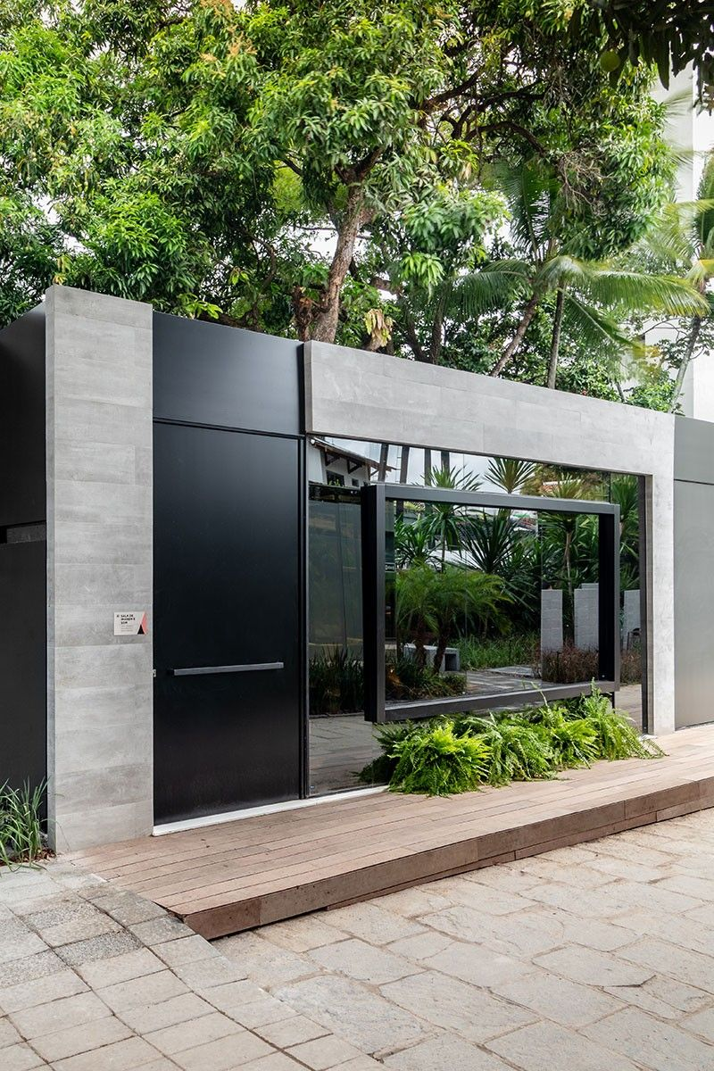 Muro cinza com portao preto