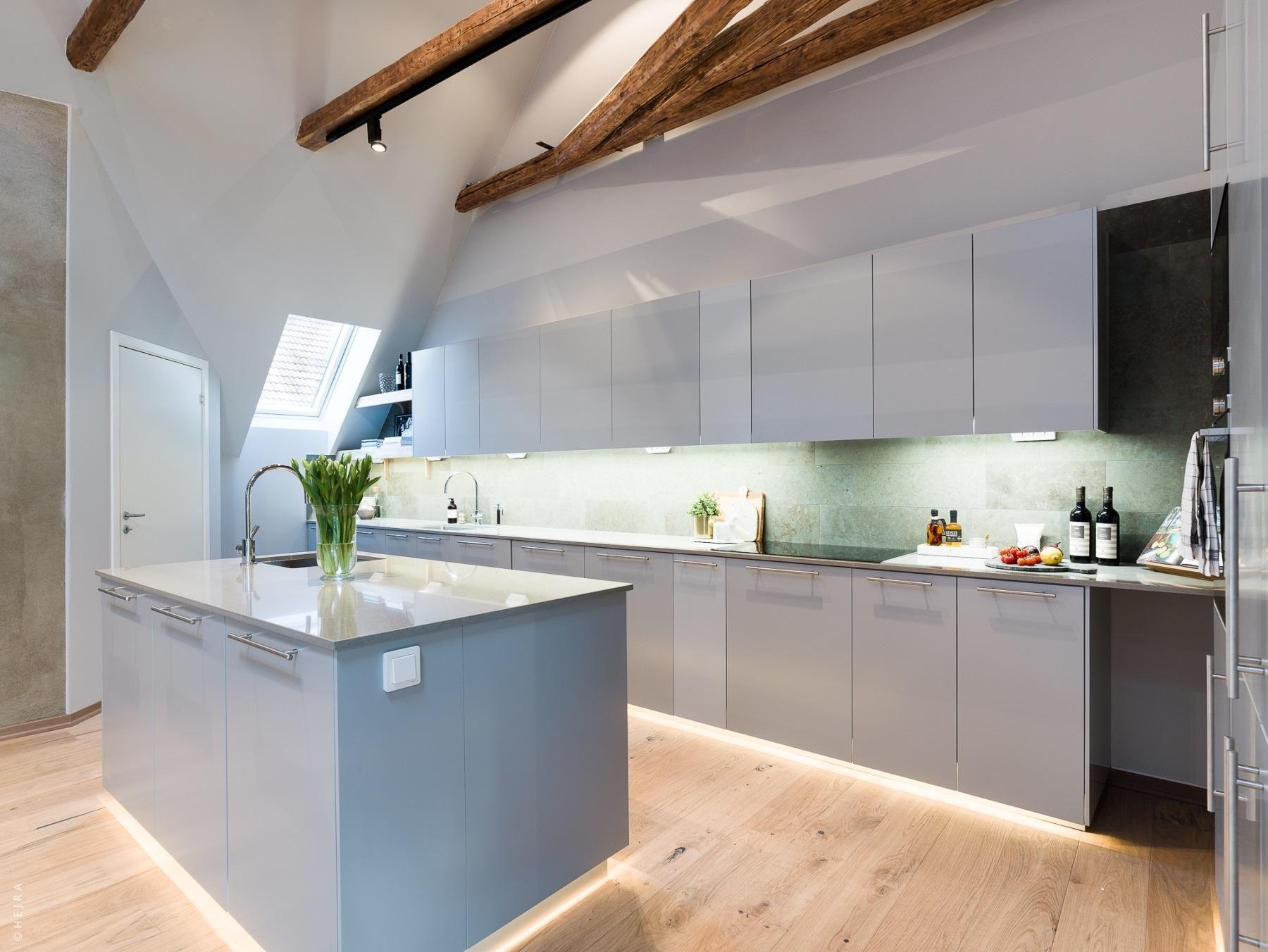 Murs à effet sous les toits | Cucine grigio chiaro, Cucine ...