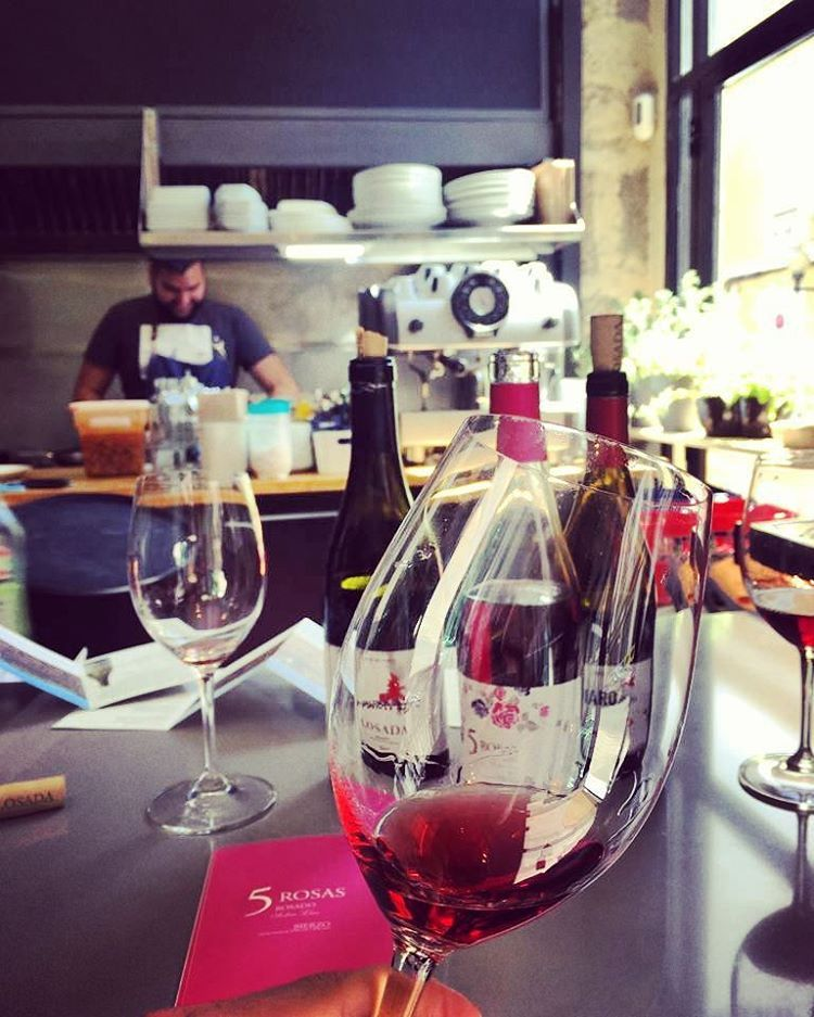"47 Me gusta, 1 comentarios - LosadaVinosdeFinca (@losadavinos) en Instagram: ""Disfrutando de la cata Pájaro Rojo, Losada, 5 Rosas #goodvibes vinosdelbierzo #Losada…"""