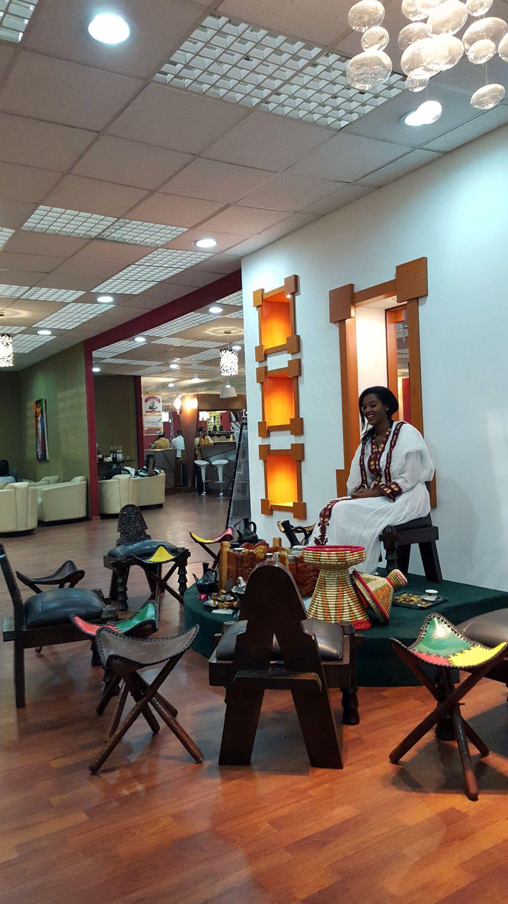 Kaffeegenuss in der neuen Ethiopian Airlines Lounge in Addis Abeba! Bei einer äthiopischen Kaffeezeremonie, wird der Reisende Teil eines uralten traditionellen äthiopischen Brauchs und erlebt in entspannter und ruhiger Atmosphäre die sprichwörtlich äthiopische Gastfreundschaft. Eine Einladung zur Kaffee-Zeremonie ist in Äthiopien ein Zeichen von Freundschaft und Anerkennung und eine besondere Art die Zeit zu geniessen. (c) Ethiopian Airlines