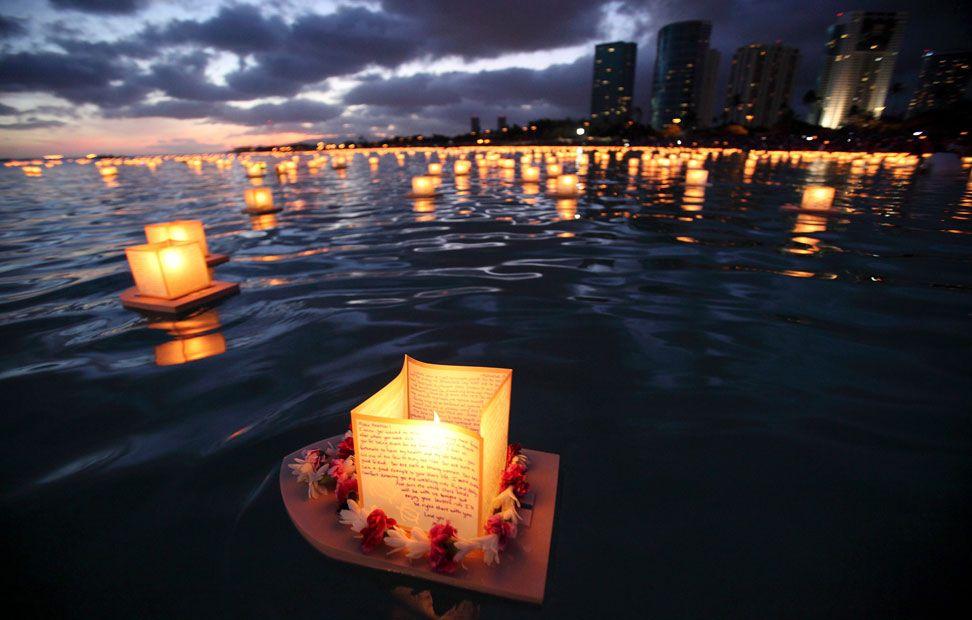 Un farol cubierto con un collar de flores flota en el agua, mientras miles de ellos se flotan durante el evento de Na Lei Aloha, durante el Día de los Caídos en Honolulu, Hawaii. Se celebra en honor de los muertos por la guerra, los desastres naturales y por motivos de salud.