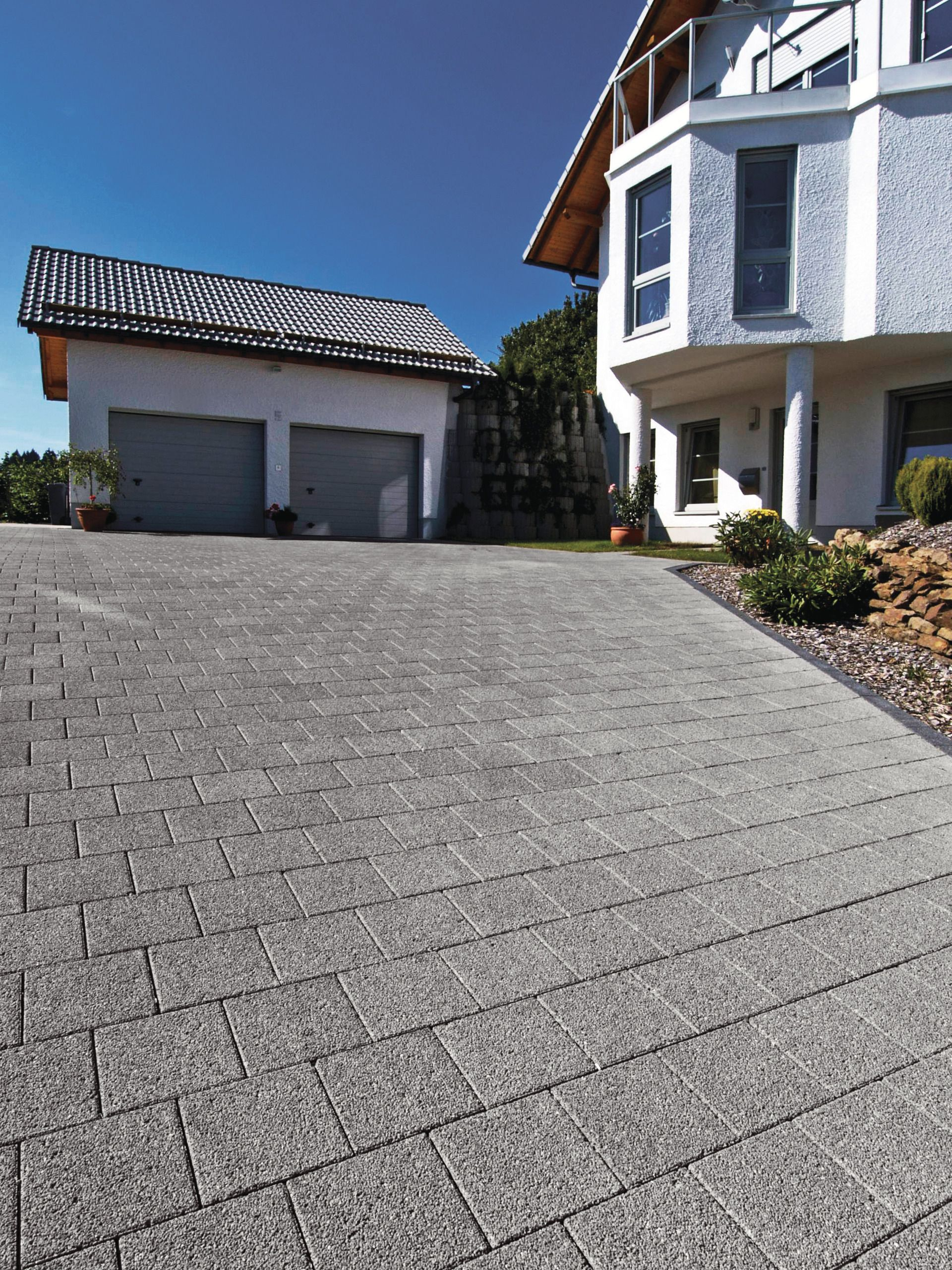 Pflastersteine anthrazit garageneinfahrt  Garageneinfahrt in Hanglage mit grauem Pflaster | Einfahrt | Pinterest