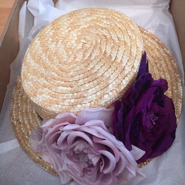 Canotier copa 9 cm decorado con dos flores en seda, en este caso, lila y morada.