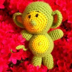 Petit doudou singe en laine vert et jaune