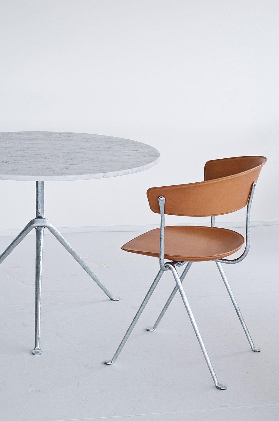 Officina es una colección de mesas, sillas y taburetes de los hermanos Bouroullec donde se explora la técnica de la forja, interpretándola en clave contemporánea