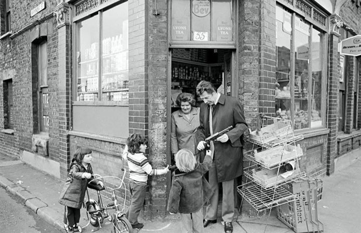 The Corner Shop Where Max Bygraves Lived Above In Swan Road Rotherhithe South East London England In 1974 London Places London Street Vintage London