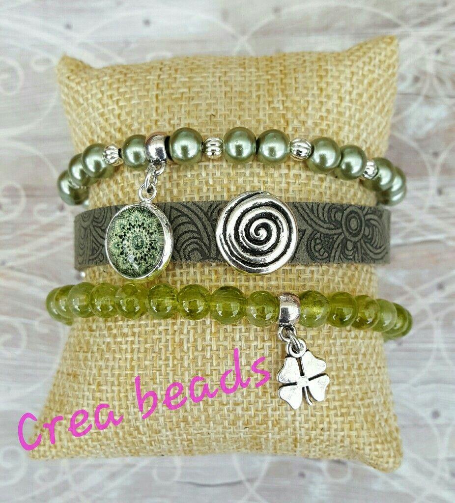 3 delige set bestaande uit een elastische armband van glasparels en zilverkleurige metalen kralen, een leren armband met sliders en cabochon en een elastische armband met craquele glaskralen