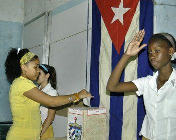 Colegio electoral donde una joven ejerce el voto