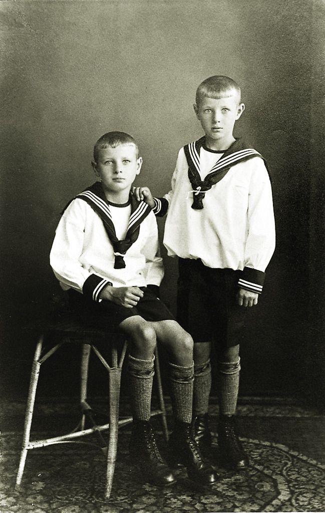 Zwei Jungen aus Reiskirchen im Matrosenanzug, um 1910