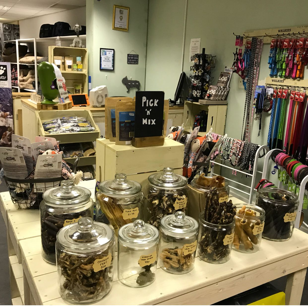 Pin By Irina Uskova On Ideas For Clinic And Petshop Pet Store Design Dog Grooming Shop Pet Store Display