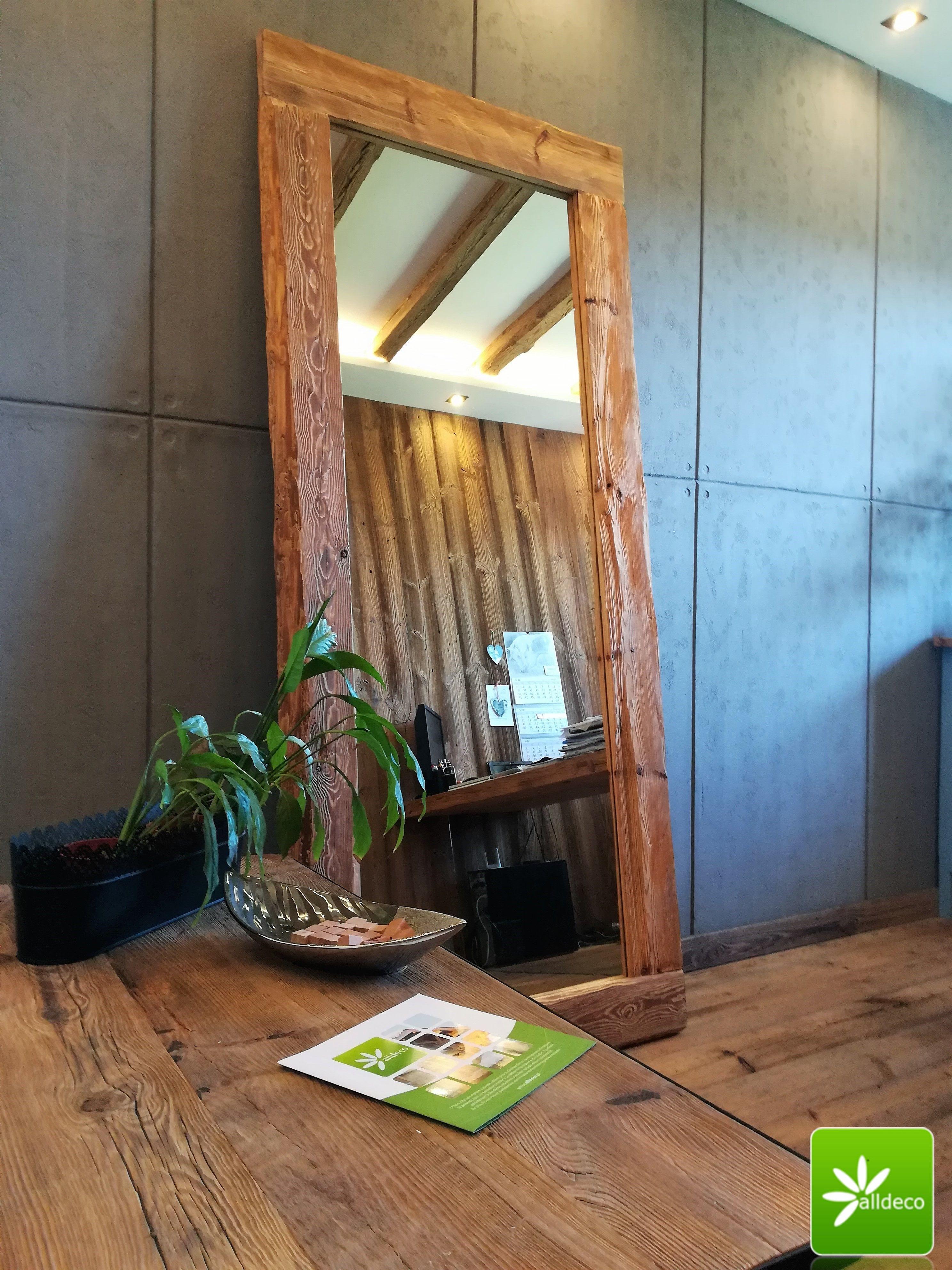 Wunderschöner Spiegelrahmen aus alten gehackten Brettern. Viele ...