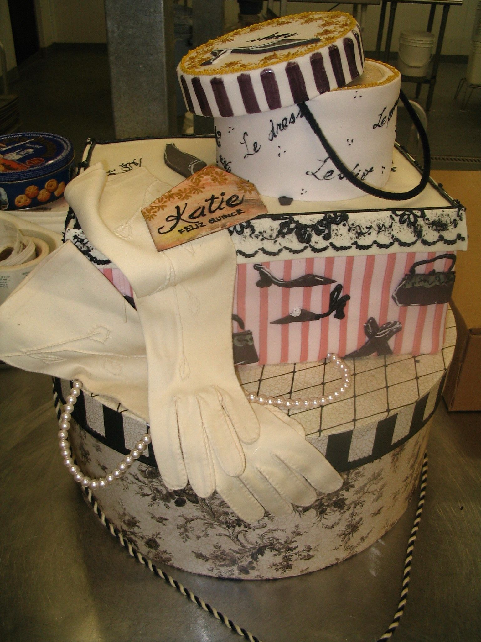 VIntage travel cake with the gloves, pearls & suitcases! Definitely a favorite! 1