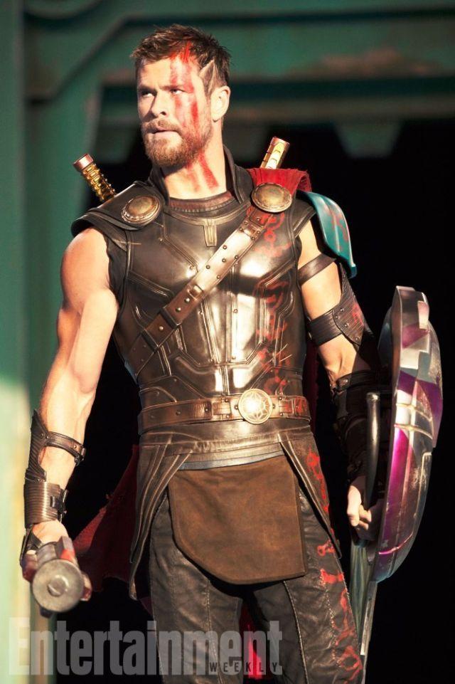 Thor Ragnarok Photos Show Chris Hemsworth S New Haircut And Jeff Goldblum As Grandmaster Chris Hemsworth Thor Marvel Thor Chris Hemsworth
