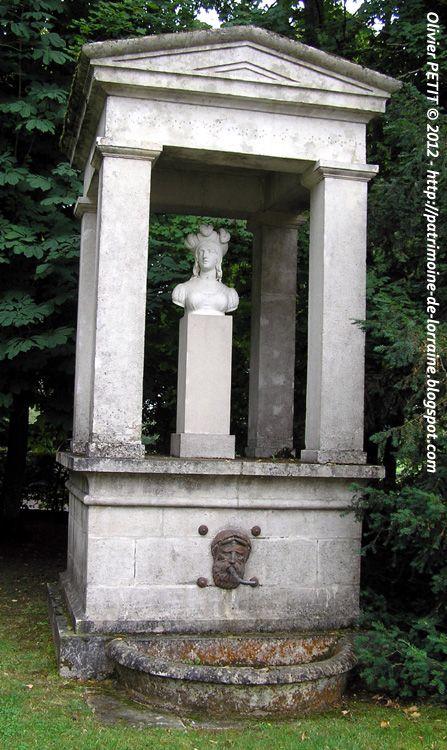 Le buste de Jeanne d'Arc en marbre présent est l'œuvre du sculpteur montpellierain Jean-François Legendre-Héral. Domremy-la-Pucelle