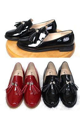 Today's Hot Pick :Glossy Tasseled Loafers http://fashionstylep.com/SFSELFAA0000712/pushpush7023en/out This pair of loafers uses classy patent leather for that high shine surface. With tassel details, these slip-on shoes work with style paired with dressy clothes. Use with a tucked in ribbon neck blouse and straight cut pants for a great look.