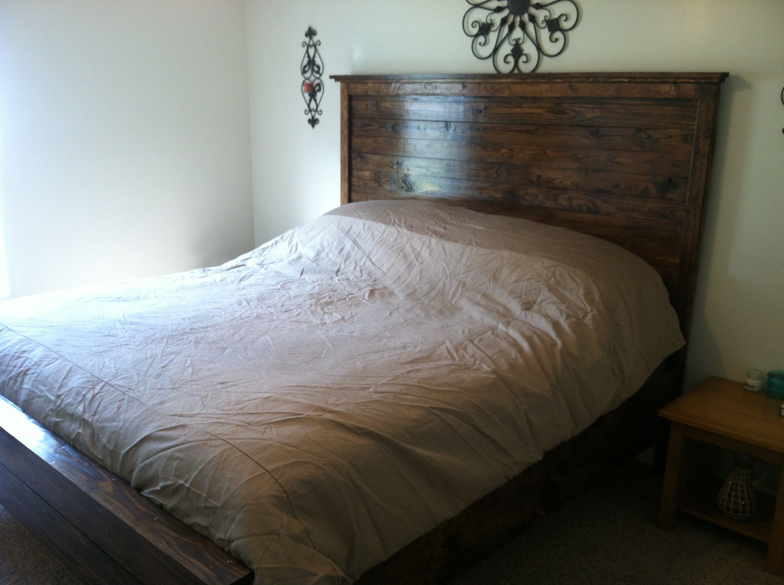 rustic wood decor ideas cheap and simple rustic chic decor diy rustic wooden bed headboard ideas. Black Bedroom Furniture Sets. Home Design Ideas