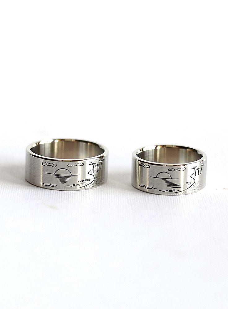 Обручальные кольца с рисунком. На кольцах изображен пляж, море, заказ и  песчаные берег 899f1b92de1