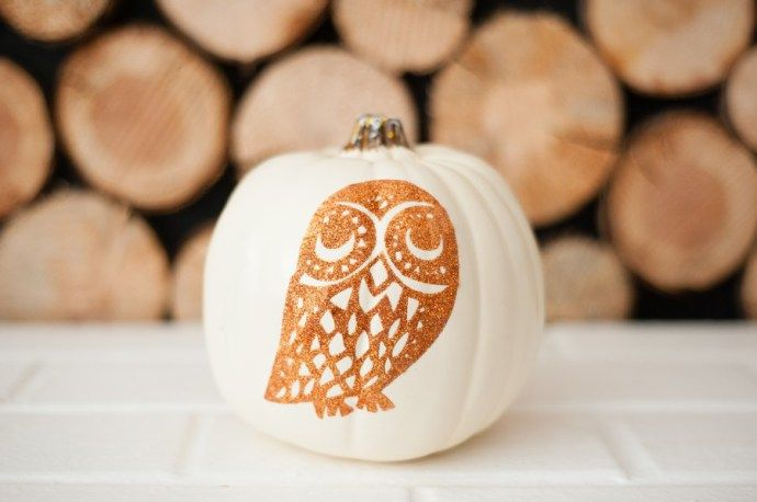 Make your fall and Halloween decor a little classier with this easy glitter owl pumpkin! A pretty craft and DIY to make your home pop this fall!