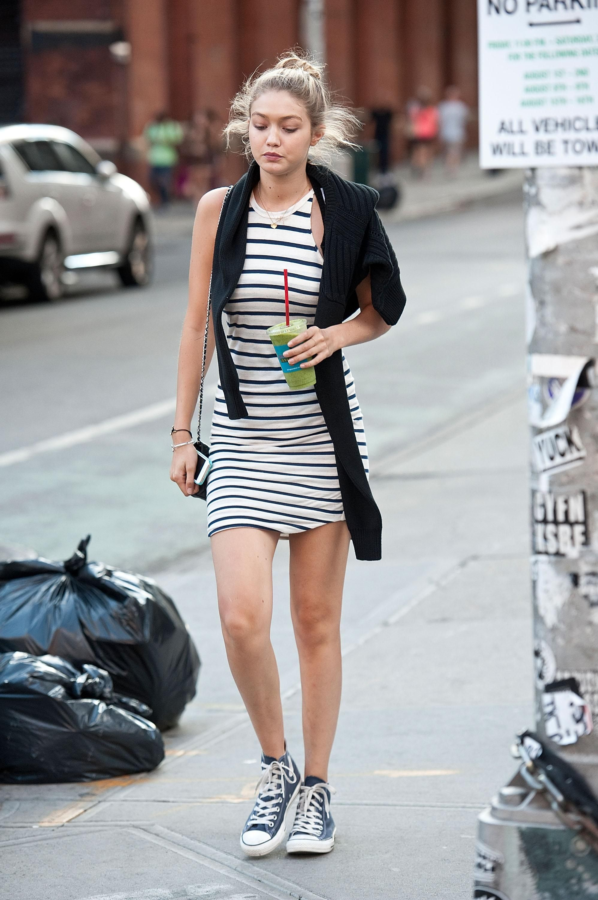 Gigi Hadid in stripes and navy converse high tops Mode Femme Tendance, Robe  Marinière, ed0627fdc760
