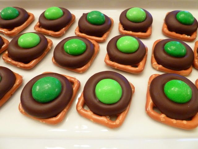 Cookin' Cowgirl: Dark Chocolate Mint Pretzel Kisses for Christmas. Could also use red M on some.