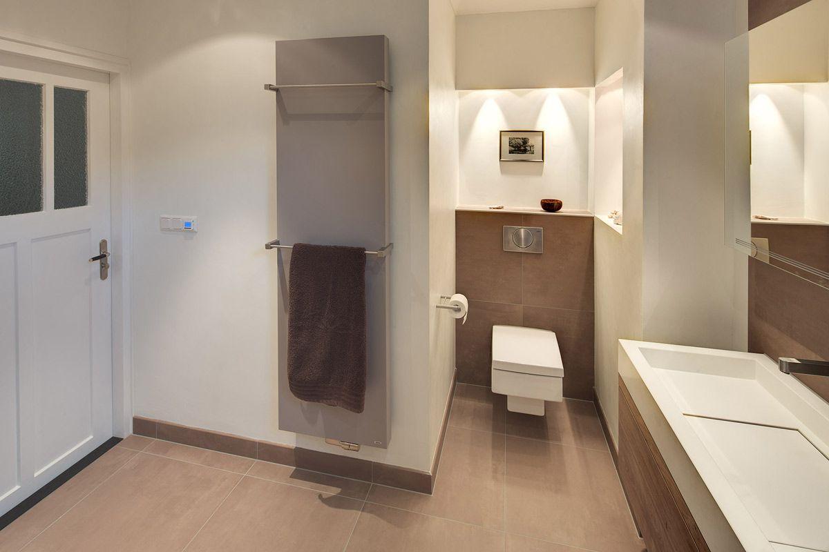 Deze warme en luxe badkamer is ingericht met badkamermeubels van custom made de jong en heeft for Badkamer design italiaanse douche