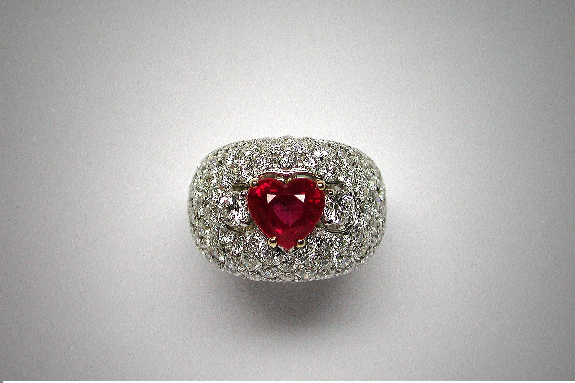 BALEANI ALTA GIOIELLERIA: Anello in oro bianco con rubino taglio a cuore e diamanti www.baleanigioielli.it