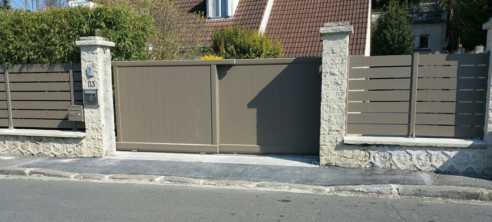 Portail A Galandage En Aluminium A Lames Verticales Coordonne A Une Cloture Ajouree A Lames Horizontales Portail Portail Coulissant A2p