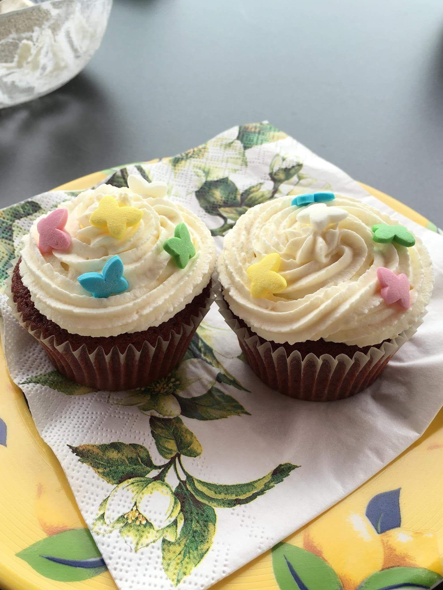 Red Velvet Cupcake mit Sahne-Quark- Zitrone Topping........das mit der Farbe hat nicht so ganz funktioniert!