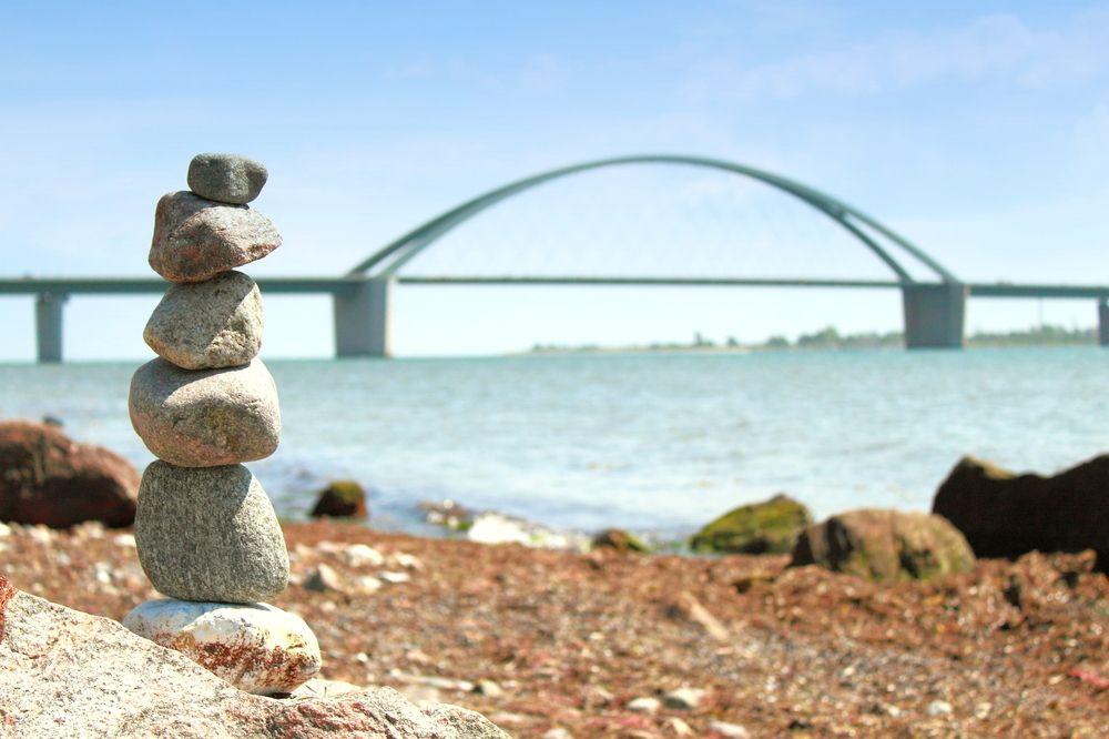 wachsende steine vor der fehrmarnsund br 252 cke rg fotowelt fehmarn br 252 cken chillen urlaub