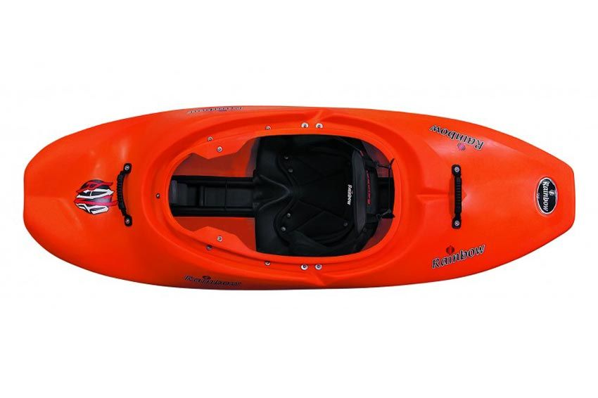 Rave | Rainbow kayak | Rainbow Kayak dispone di una completa linea di kayak. Ogni prodotto, dalla più semplice imbarcazione fino al più sofisticato oggetto sono nati da competenze avanzate nella produzione di articoli sportivi. Rainbow Kayak has an whole line of kayaks. Everything from easy-to- understand playboats to the most confidence inspiring creekers are all part of the Rainbow Kayak line. High end shapes requiring advanced skill sets to make them really work. PE rotational moulding…