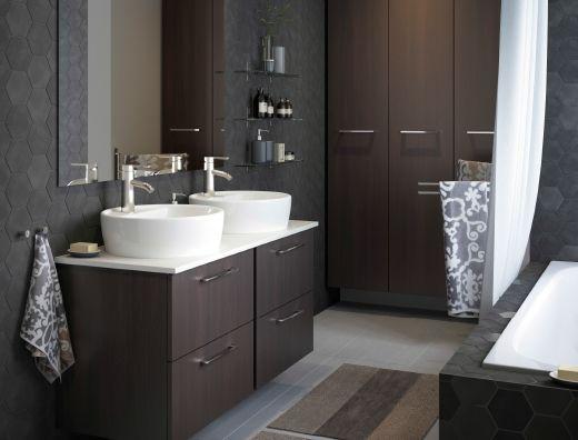 Un peque o cuarto de ba o de color gris claro con un alto - Armario blanco pequeno ...