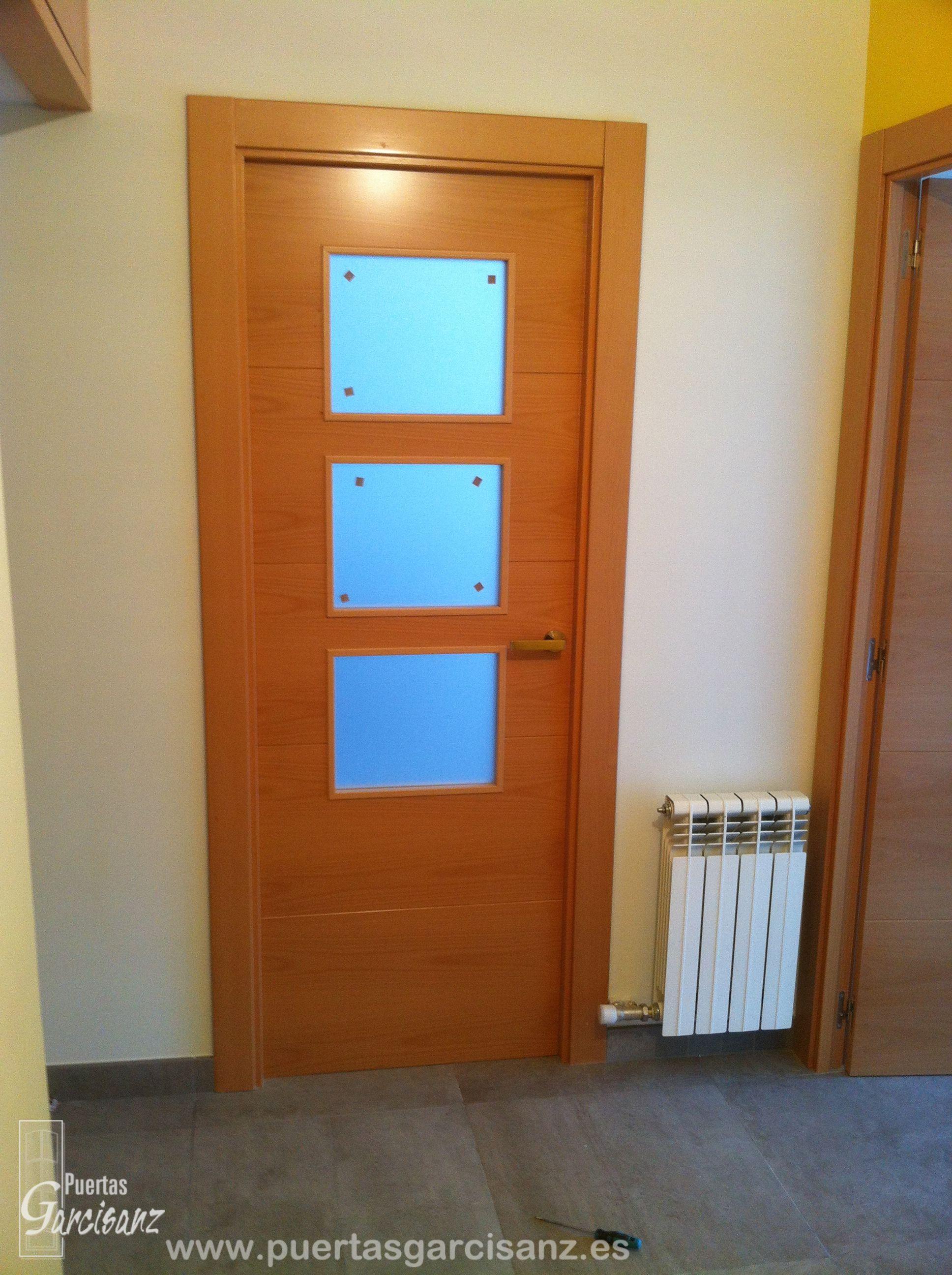 Puerta de interior vidriera de 3 vidrios en chapa de haya vaporizada con 4 ranuras en horizontal - Puertas macizas interior ...