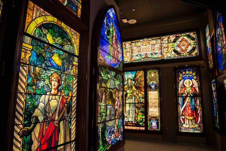 Mehr als 30 Meisterbuntglasfenster erzählen die Geschichte der American School of ... Mehr als 30 Meisterbuntglasfenster erzählen die Geschichte der American School of ...