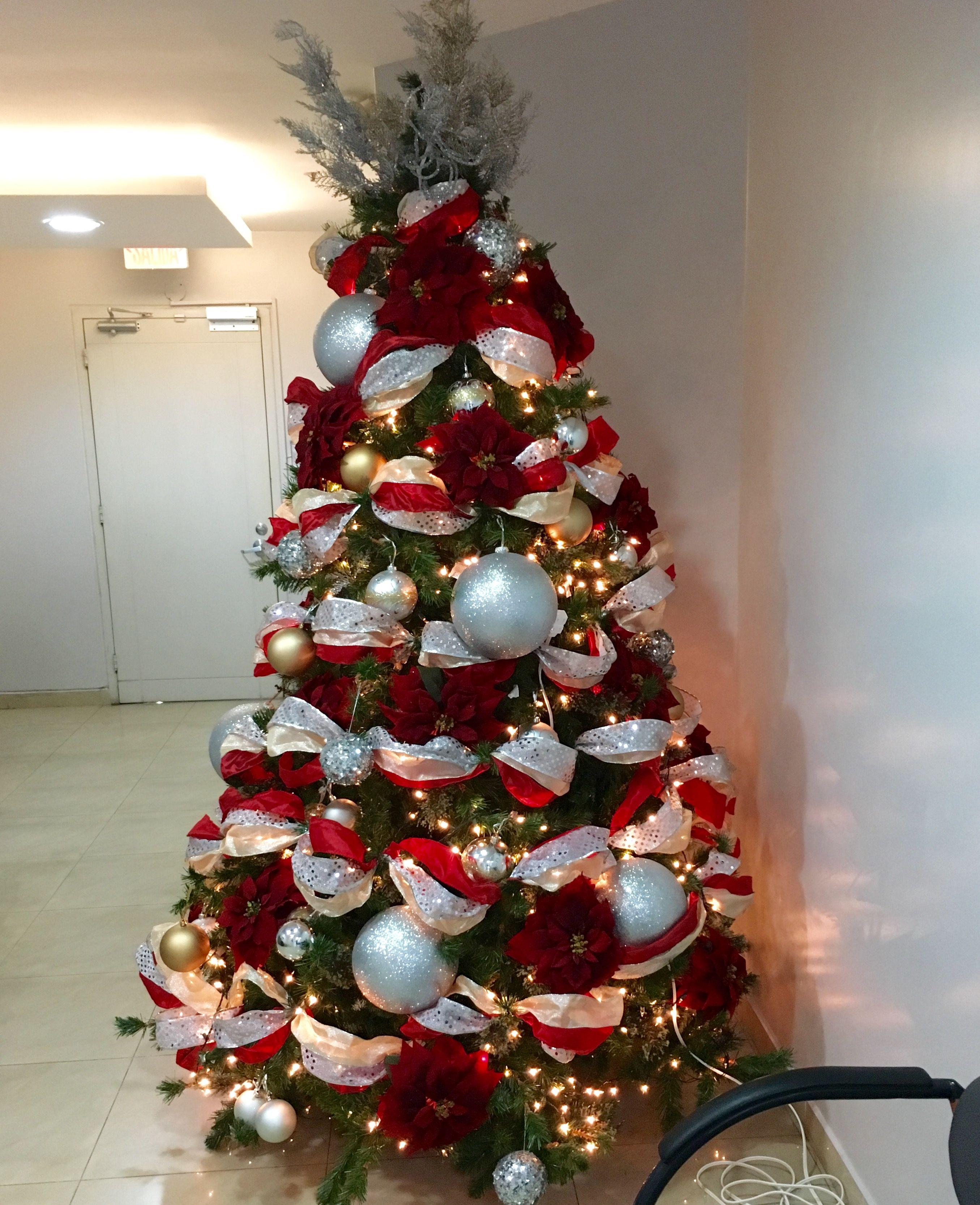 Arbol Rojo Y Plateado Arboles De Navidad Ideas Decoracion De Navidad Moderna Navidad Moderna