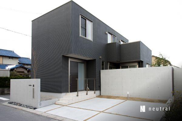 ヘーベルハウスの建物の外構 黒い家 現代景観のデザイン 外構