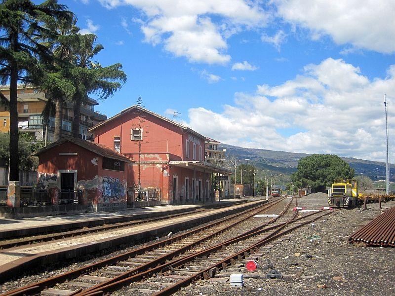 Ein Triebwagen der FCE verlässt den Bahnhof Giarre