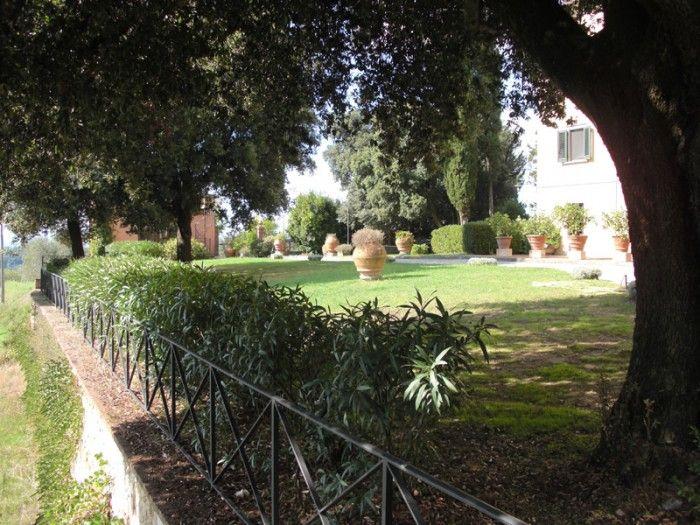 Situato a pochi passi da Palaia, un antico borgo medievale, e in una posizione strategica che consente di raggiungere le città d'arte di Pisa e Firenze ed anche il mare.