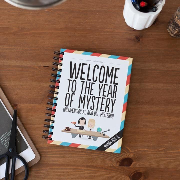 ¡Bienvenidos al año del misterio a lo #Superbritánico!  Incluye un misterio para resolver cada semana, pegatinas con las que aprenderás inglés y muchos otros extras. Las tapas son duras, su tamaño A5 y va desde septiembre de este año hasta diciembre del que viene.