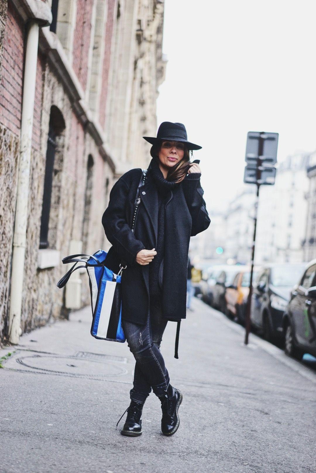 Un look simple tout en noir et avec un chapeau qui fait tout