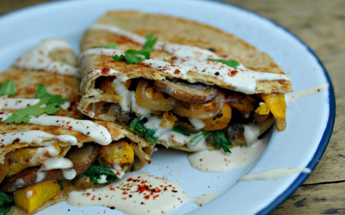 Geröstete Kürbis und Pilze Quesadillas mit Ancho Chili-Creme [Vegan, Glutenfrei] | One Green Planet