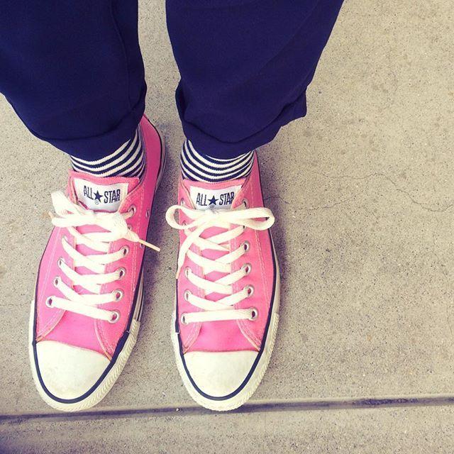 coo_nnc.27* お気に入りのUSA製コンバース なかなかのピンクなんで気分が上がる✨ * #outfit #ootd #fashion #sneaker #converse #madeinusa #pink #used #overall #adametrope #socks #uniqlo #今日の足元 #今日のスニーカー #スニーカー #コンバース #USA製 #古着 #スニーカーコーデ #ボーダーソックス #ユニクロ #サロペット#お気に入り