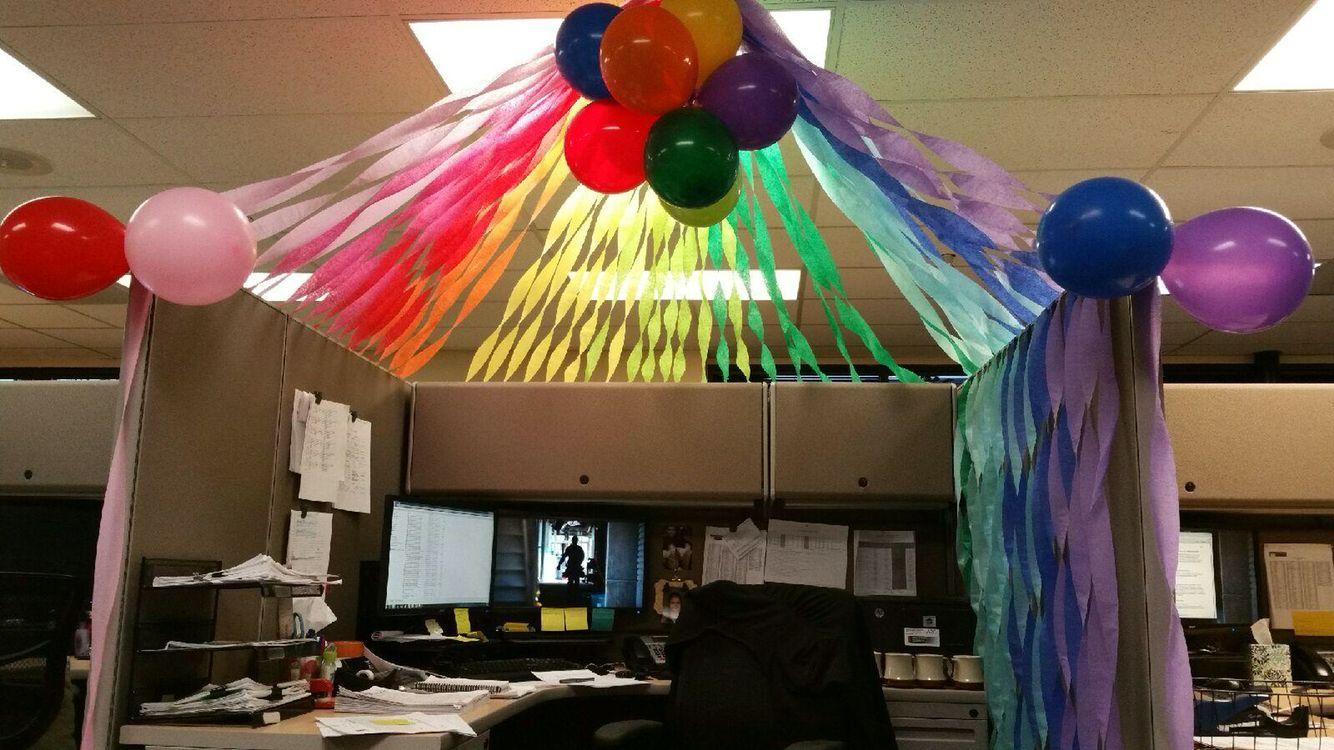 Super fun birthday cubicle decor birthday pinterest for Fiesta en la oficina