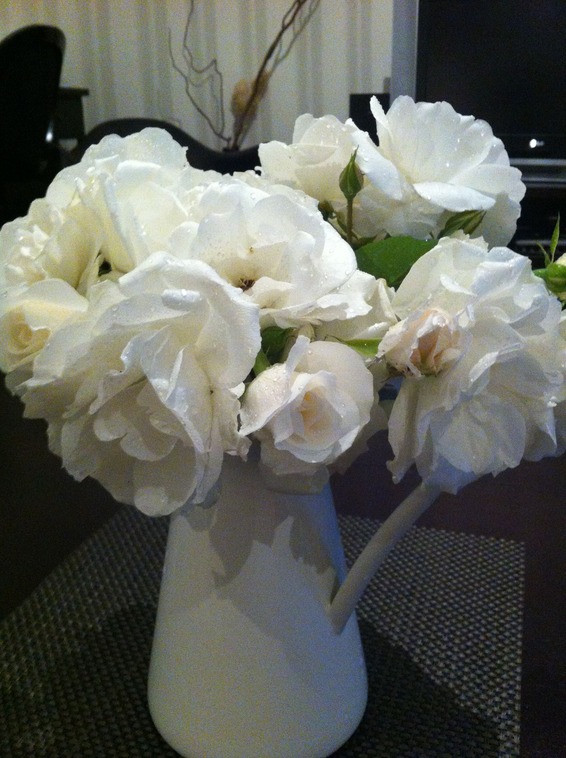 un pichet de roses du jardin